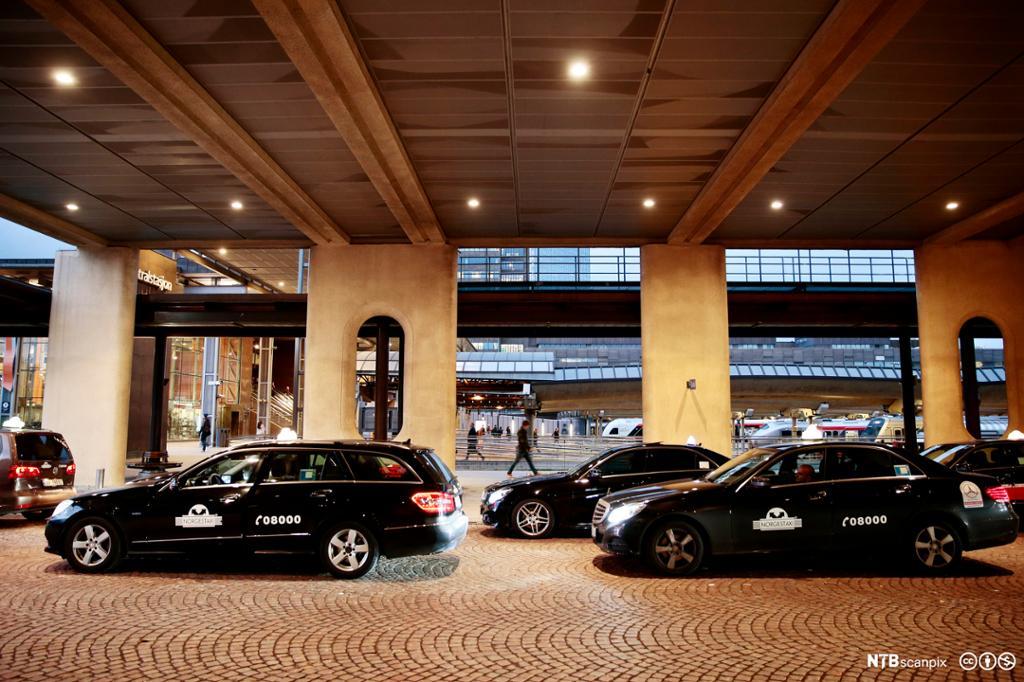 Drosjer på drosjeholdeplass i Oslo. Foto.