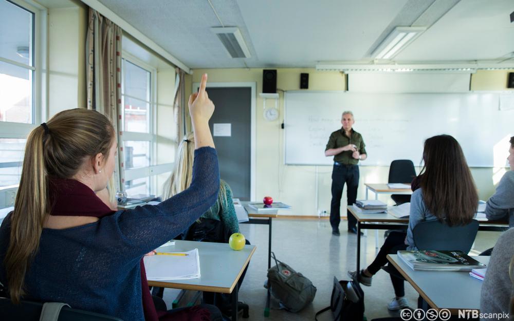 Elever og lærer i klasserom. Foto.