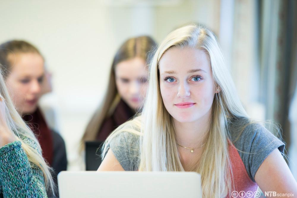 Elev med datamaskin