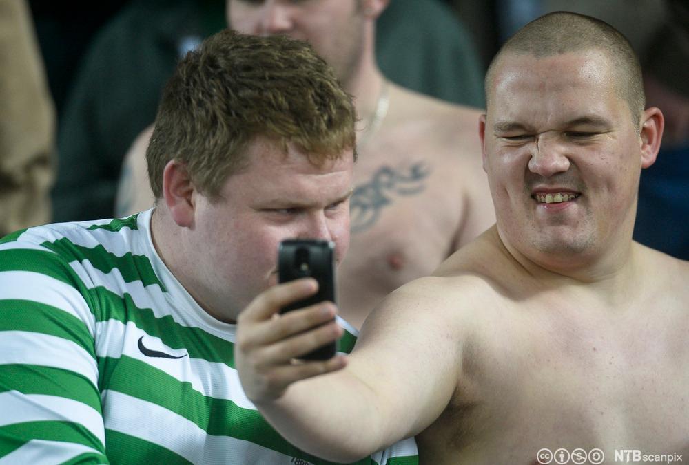 En Celtic-fan tar en selfie på tribunen. Foto.
