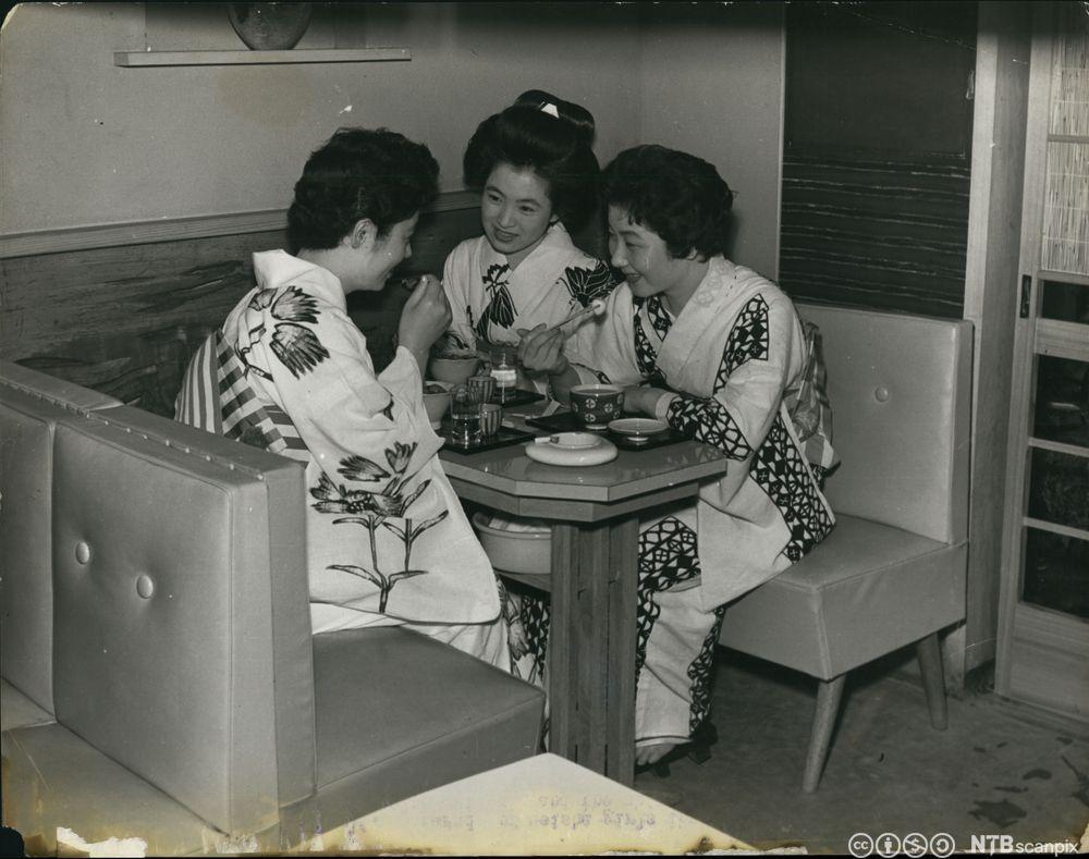 Tre geishaer har matpause. Foto.