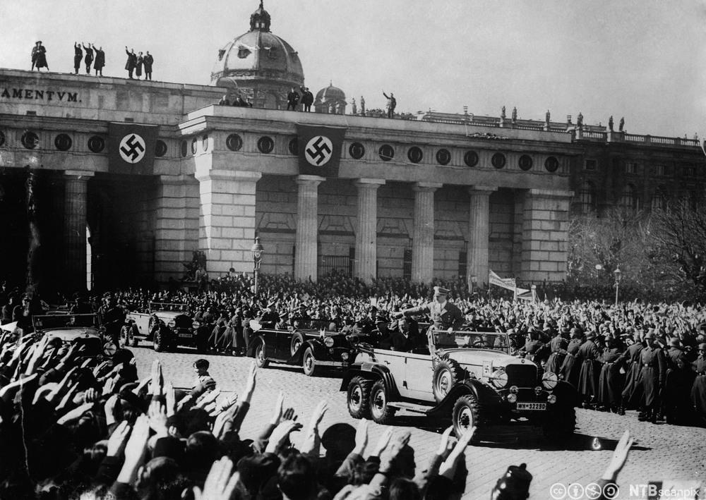 Htiler ankommer plassen Wien etter anneksjonen av Østerrike, 1. mars 1938. Foto.