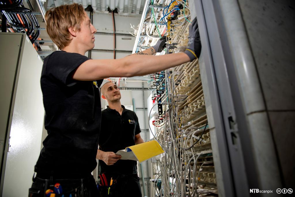 To elektrikere i arbeid. Foto.