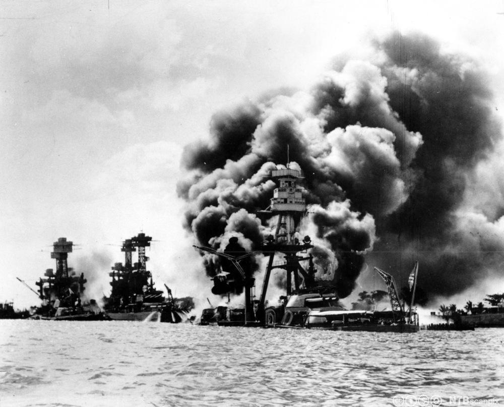 Tre amerikanske krigsskip er truffet etter Japans angrep på Pearl Harbor, 7. desember 1941. Foto.
