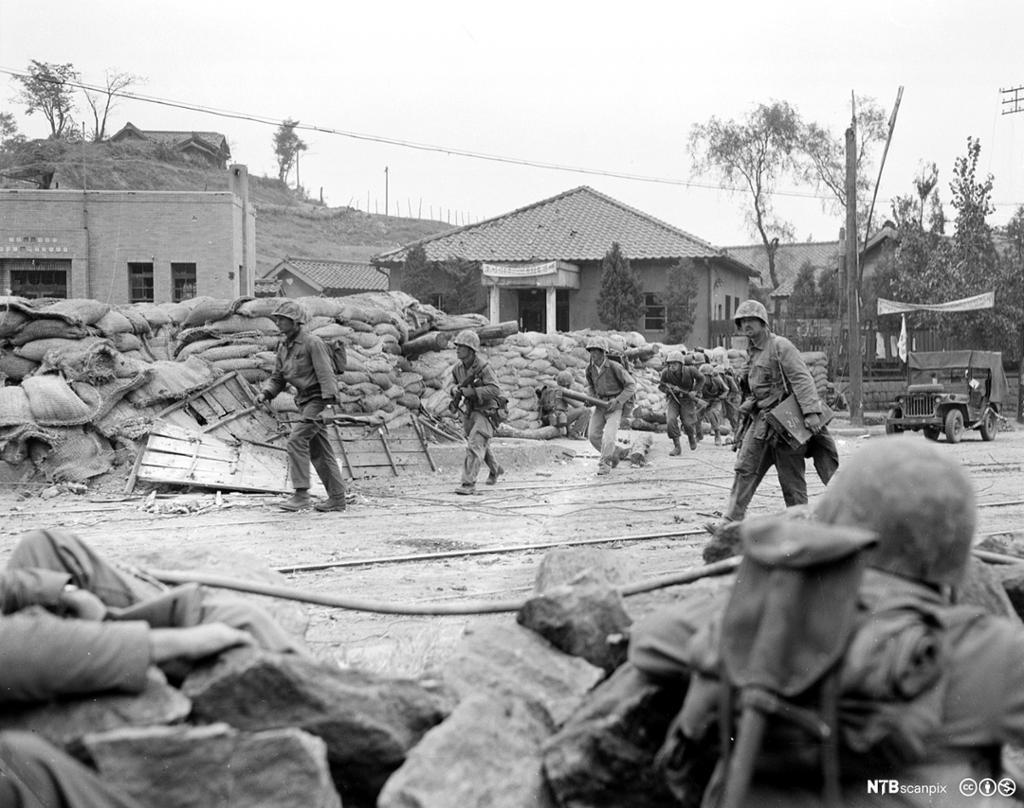 Amerikanske tropper beveger seg gjennom gateblokkeriner i Seoul under Koreakrigen, 1950. Foto.