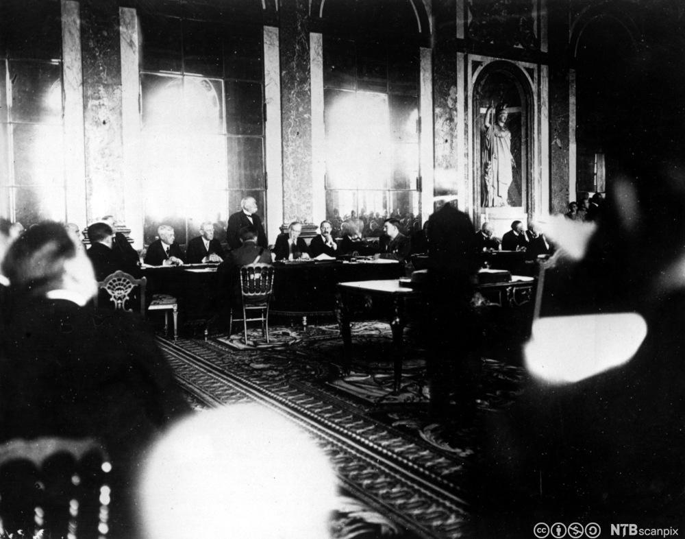 Samling i Speilsalen i Versailles for å undertegne Versaillestraktaten, fredsoppgjøret etter 1. verdenskrig, juni 1919. Foto.