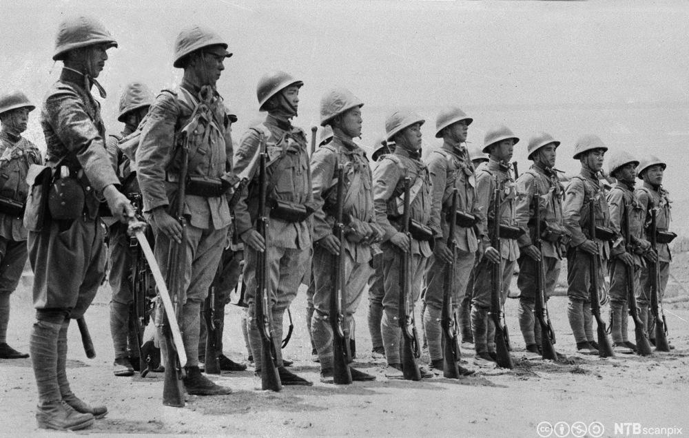 Japanske soldater gjøre seg klare til kamp mot kinesiske styrker, august 1937. Foto.