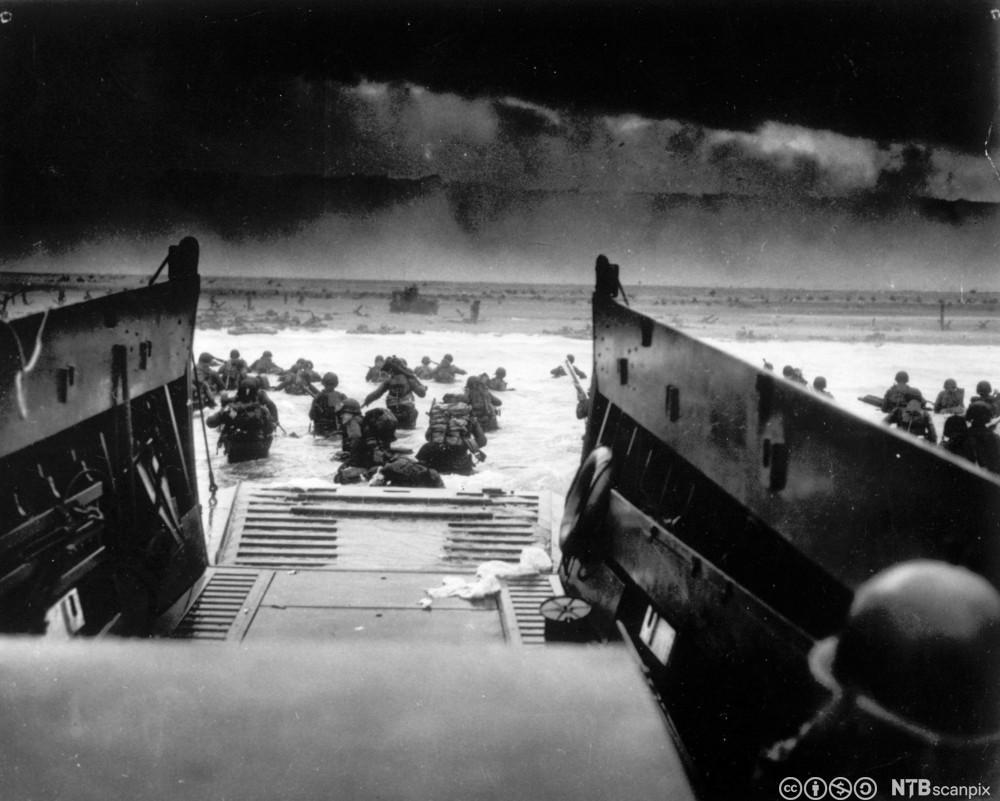 Amerikanske soldater under landgangen i Normandie, D-dagen 6. juni 1944. Foto.