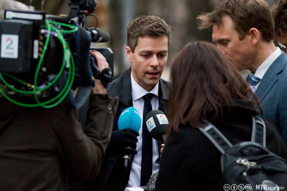 KrF-leder Knut Arild Hareide omgitt av pressefolk. Fotografi.