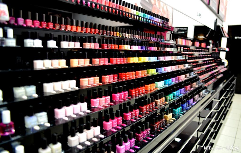 Butikkreol med neglelakk i mange ulike farger. Foto.