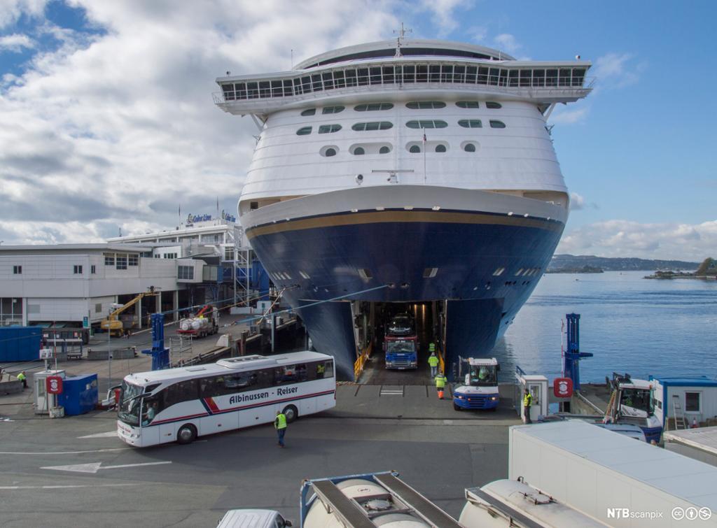 Buss kjører i land fra ferje ved terminalen på Filipstadkaia i Oslo. Foto.