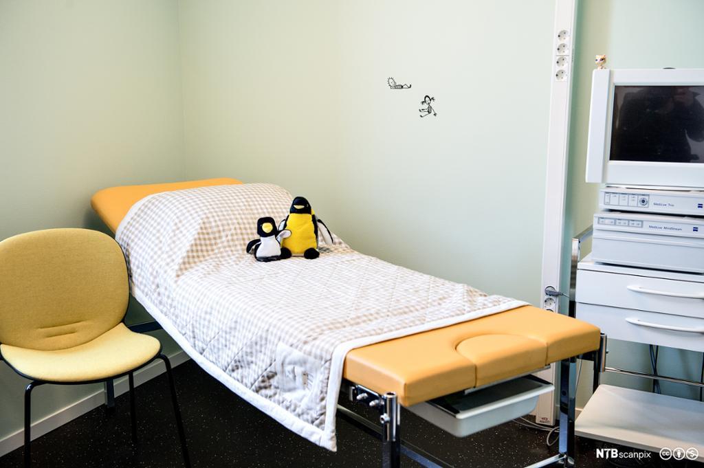 Undersøkelsesrom ved mistanke om overgrep på barn. Seng, stol og annet utstyr som kan brukes. Foto.