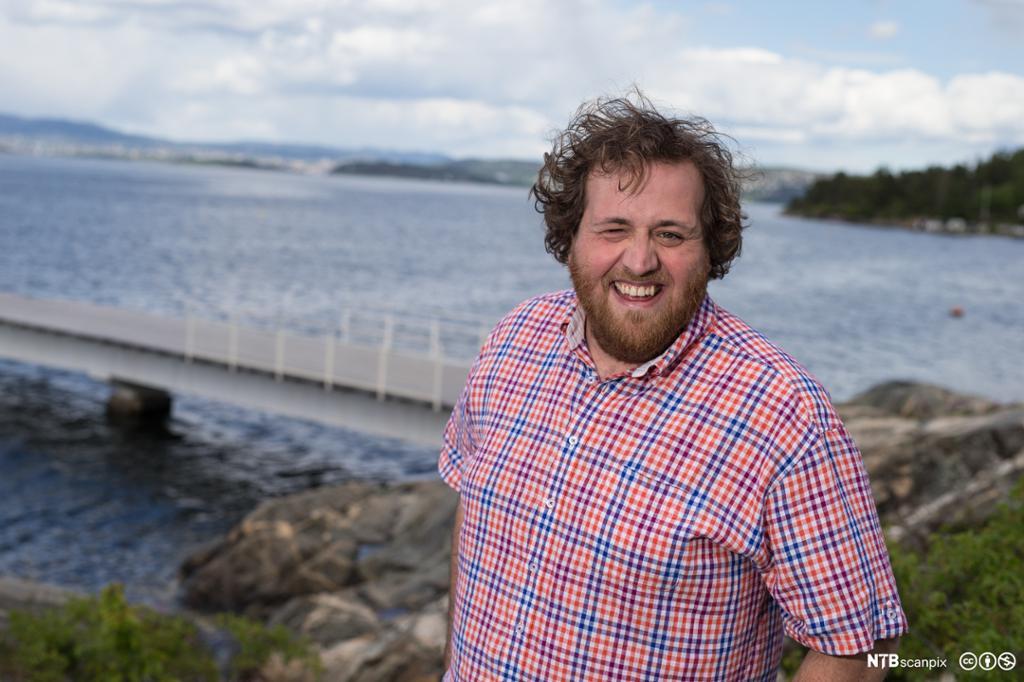 Ronny Brede Aase med innsjø i bakgrunnen. Foto.