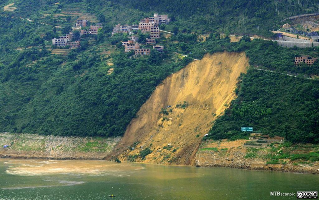 Jordras uti Daning-elva i Wushan county, Chongqing, Kina. Foto.