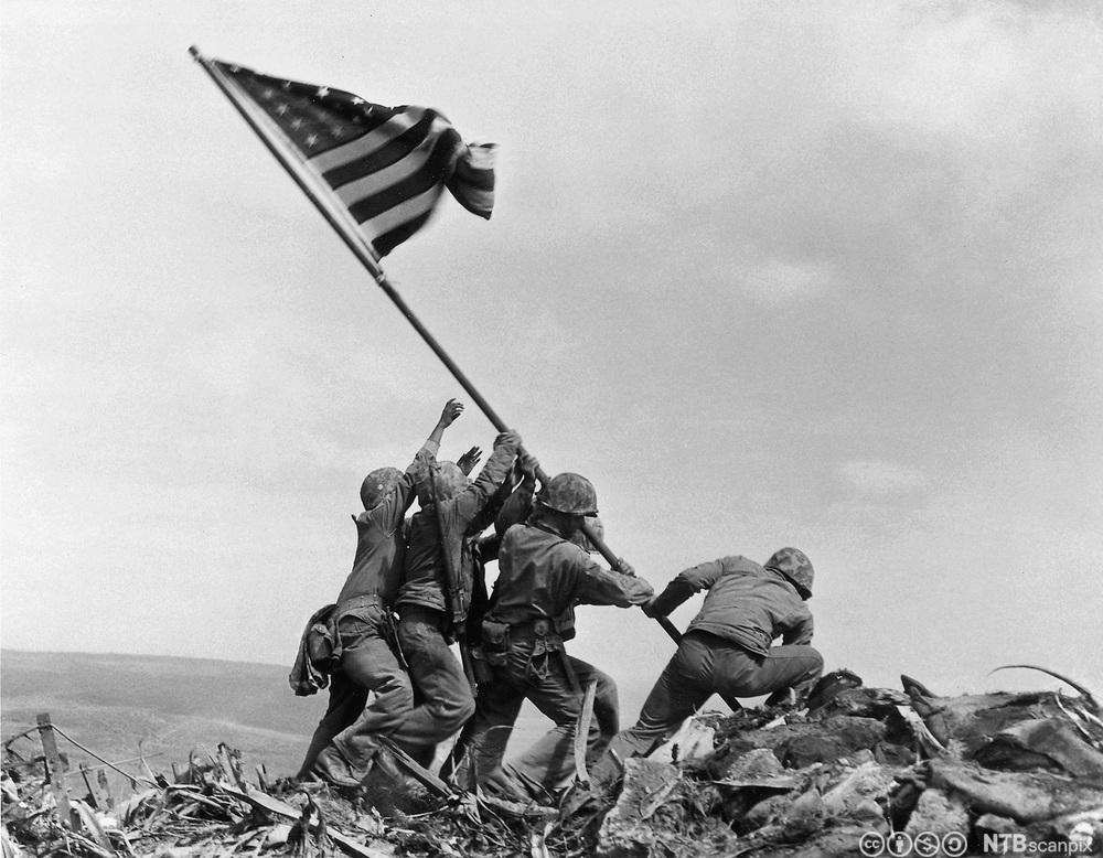 Amerikanske soldater reiser det amerikanske flagget etter slaget på Iwo Jima, februar 1945. Foto.