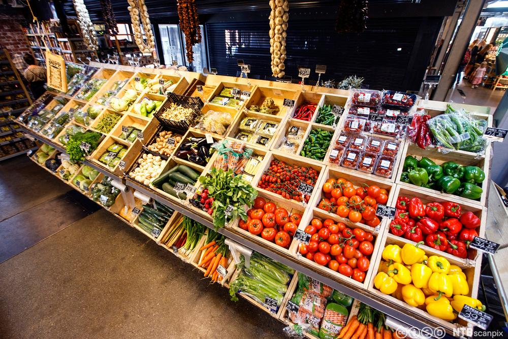 Grønnsaksavdeling i butikk. Foto.
