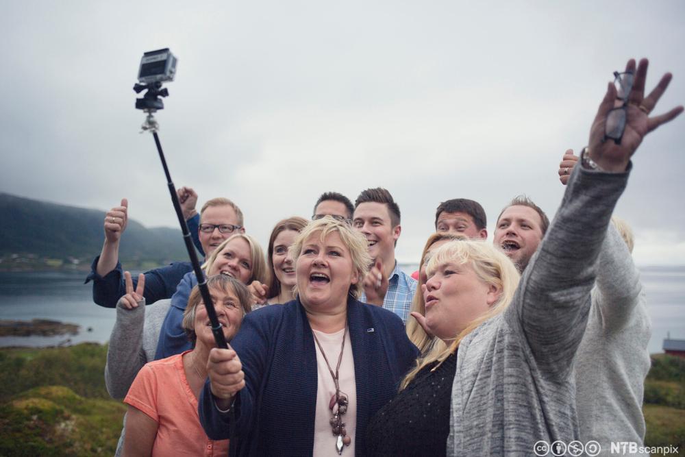 Statsminister Erna Solberg tar selvie samme med høgrefolk i Sortland.