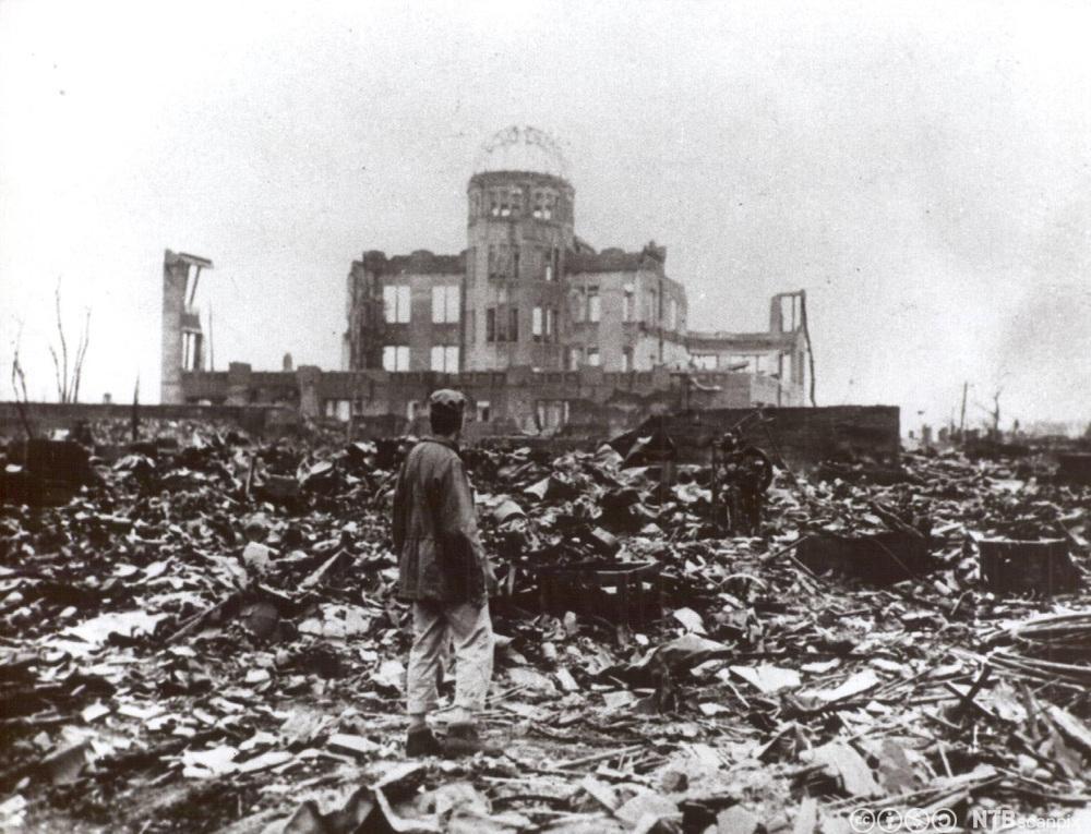 En mann står i ruinene av Hiroshima etter at amerikanerne slapp atombomben over byen 6. august 1945. Foto.