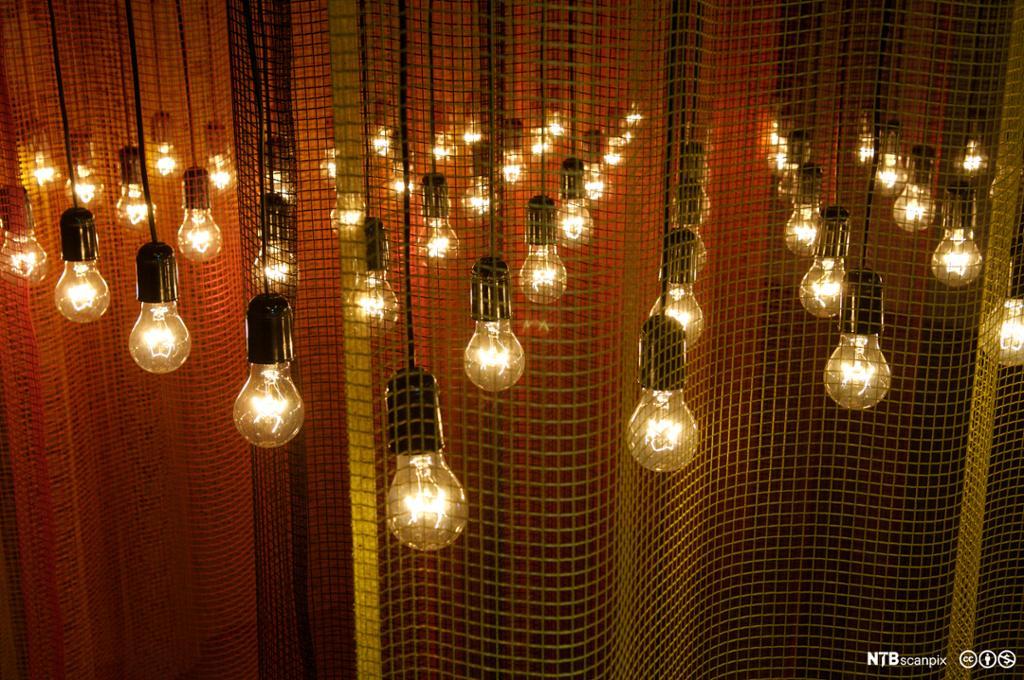Utstilling som viser mange taklamper. Foto.