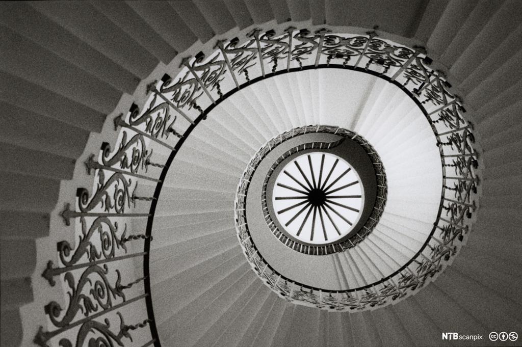 Spiraltrapp sett underfra. Foto.