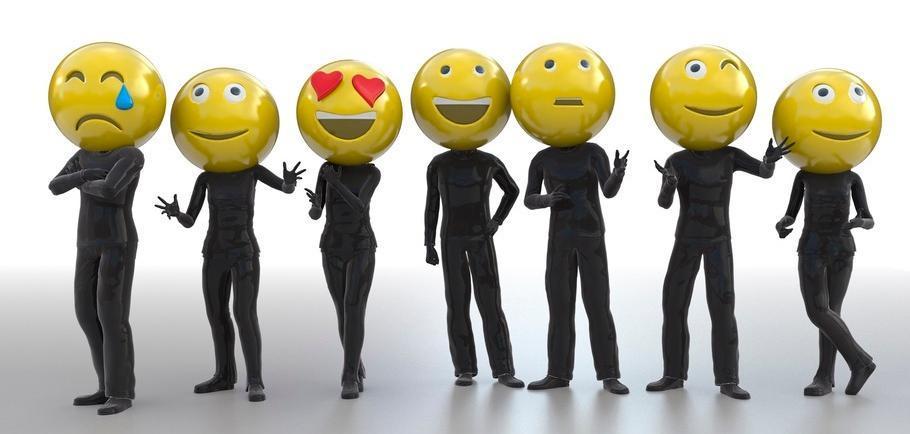 Mennesker med emotikoner til ansikt. Foto.