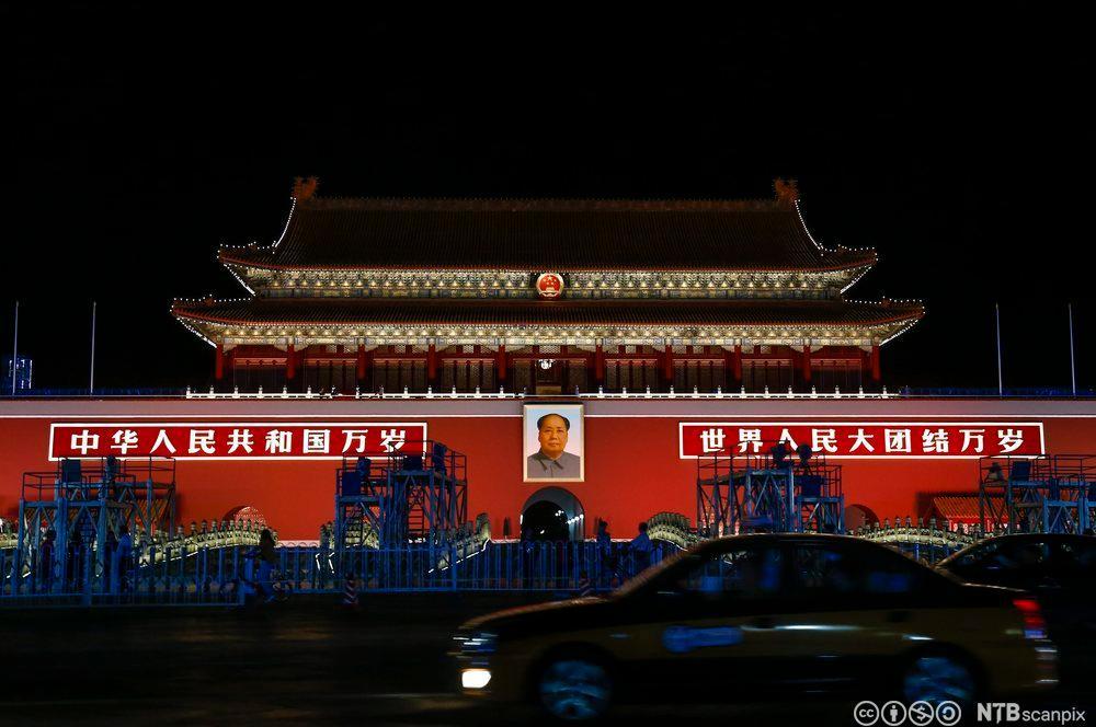 Keiserpalasset i Kina belyst om kvelden. Foto.
