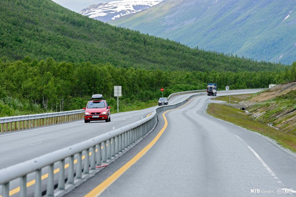 Hovedvei med midtdeler. Foto