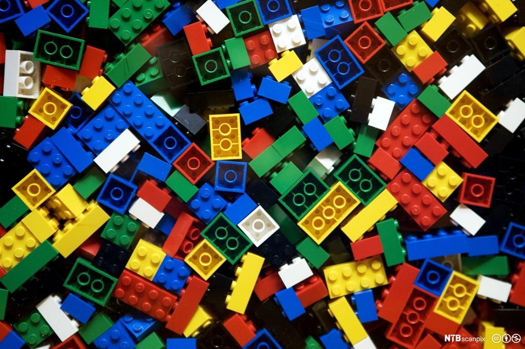 Legoklosser i forskjellige farger. Foto.