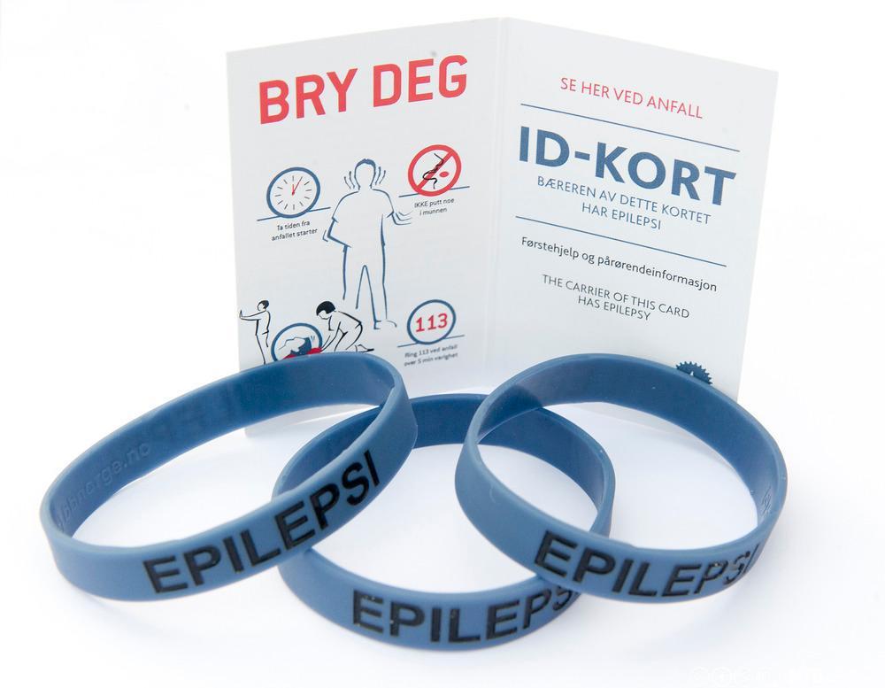 Identitetsarmband og ID-kort for personar med epilepsi. Foto.