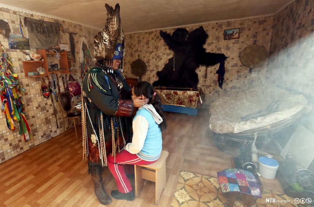 Et fotografi av en kvinnelig sjaman som utfører et medisinsk ritual.