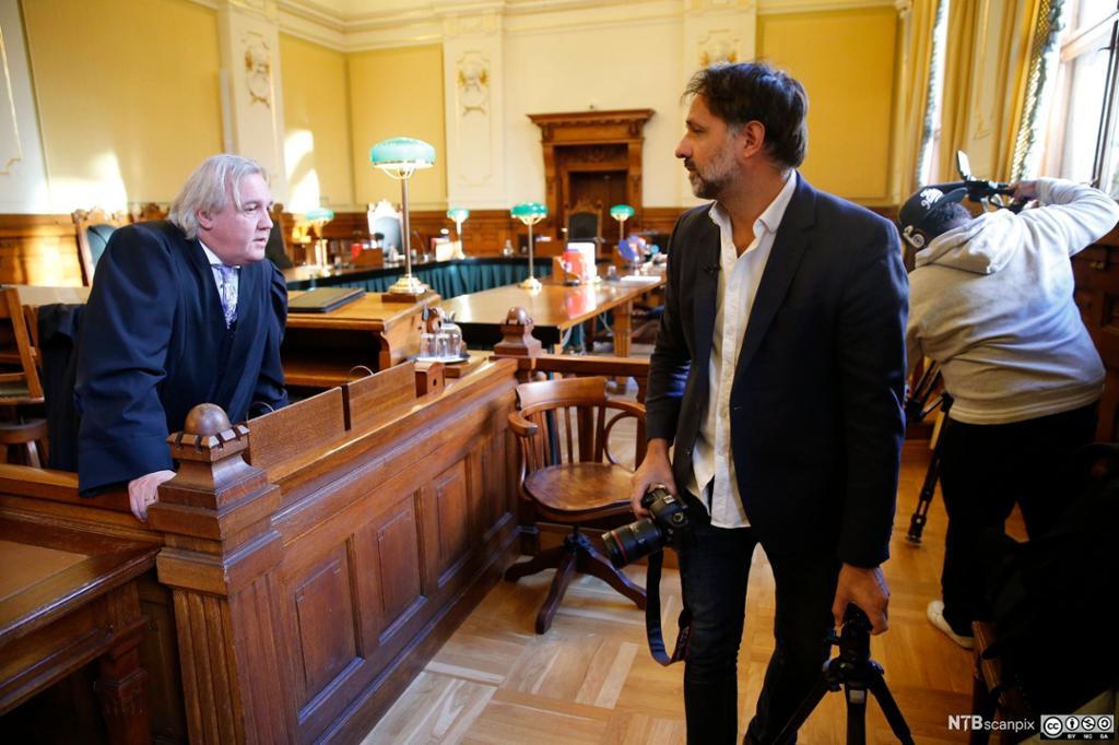 Ulrik Imtiaz Rolfsen i samtale med høyesterettsdommer. Foto.
