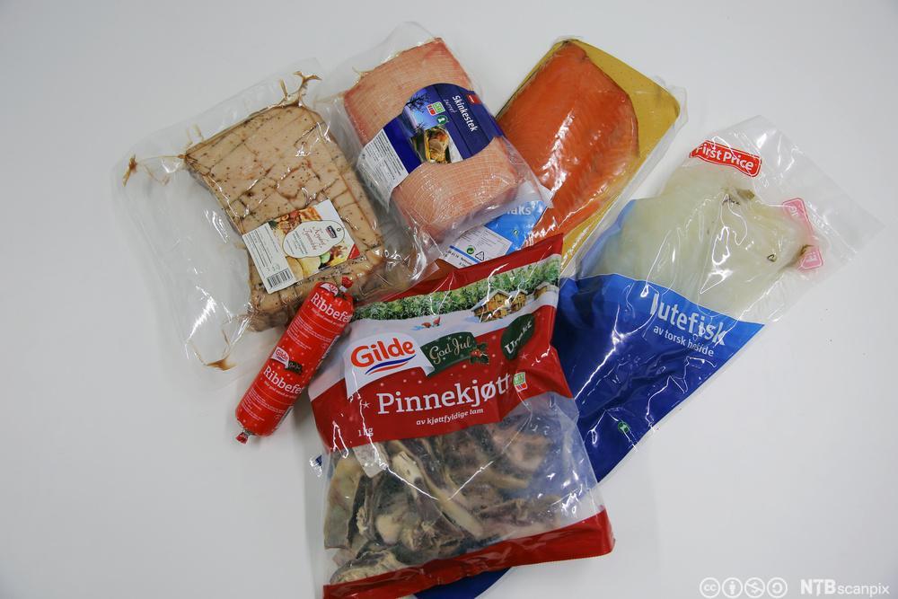 Emballerte produkt av lutefisk, pinnekjøt, ribbe, ribbefeitt og sideflesk. Foto.