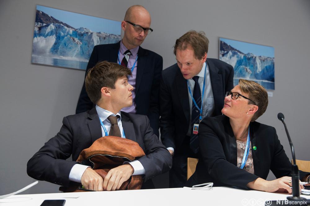Tine Sundtoft får gode råd fra kommunikasjonsrådgiver Erik Aasheim på pressefonferansen. Fotografi.