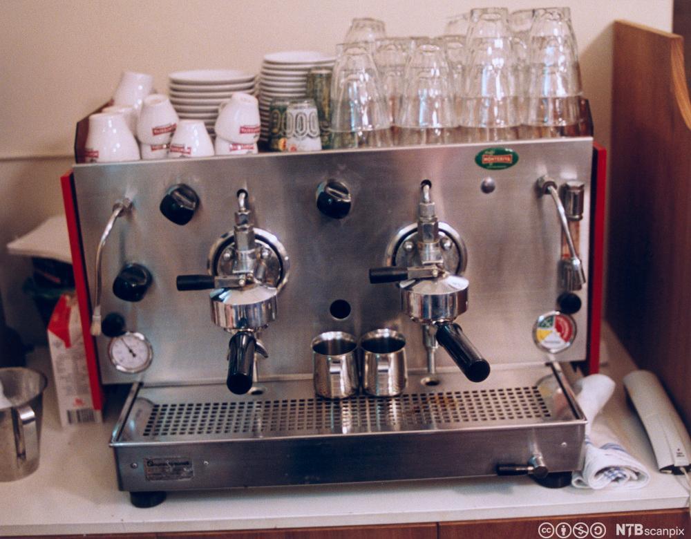 En espressomaskin med kopper på toppen. Foto.
