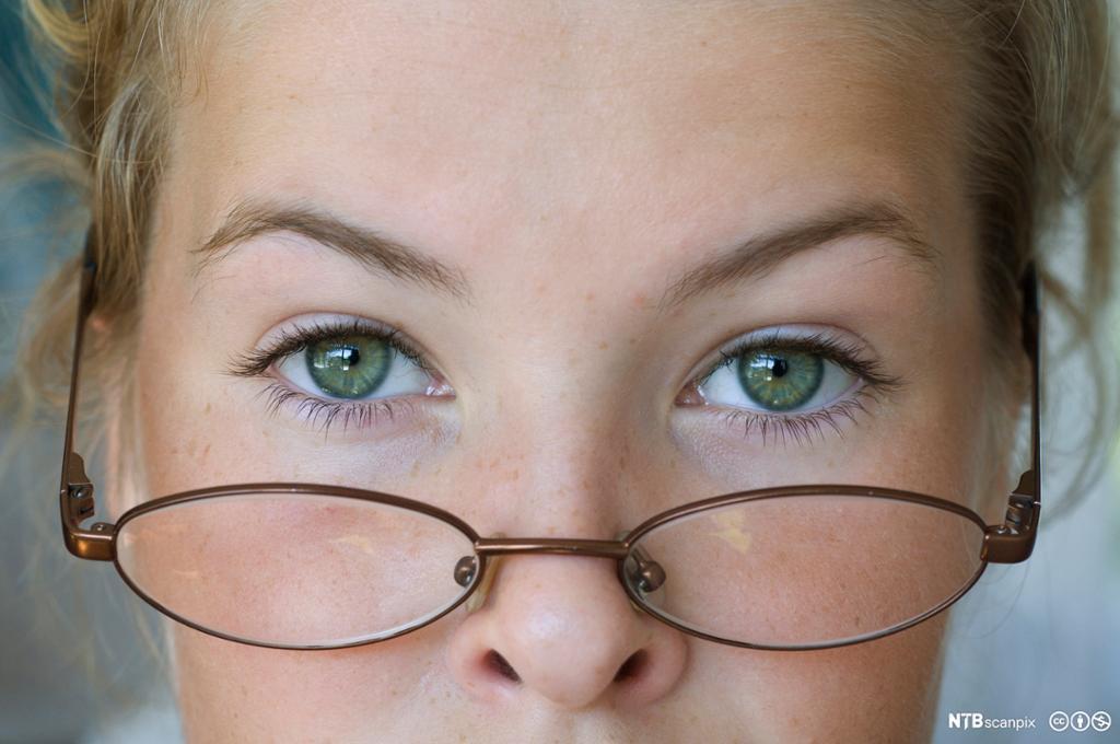 Nærbilde av kvinne med briller. Foto.