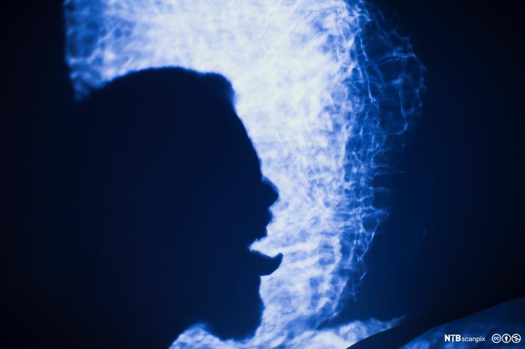 Et fotografi av en mann som stikker ut tungen.