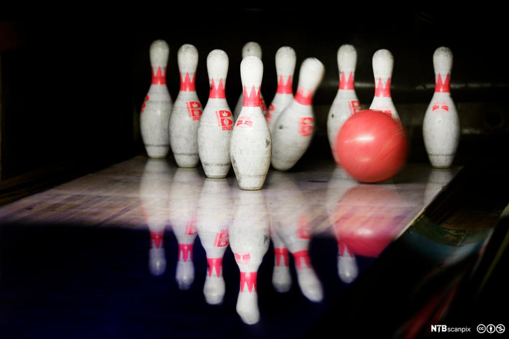 Bowlingkjegler og bowlingkule. Foto.