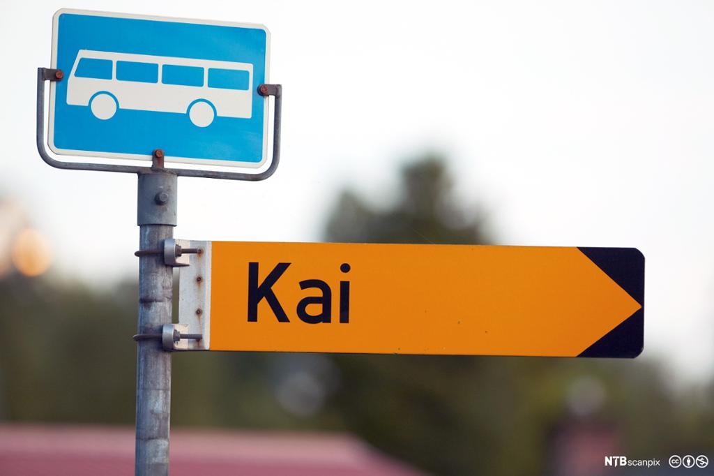 Skilt for bussholdeplass og retningsskilt til kai.foto.
