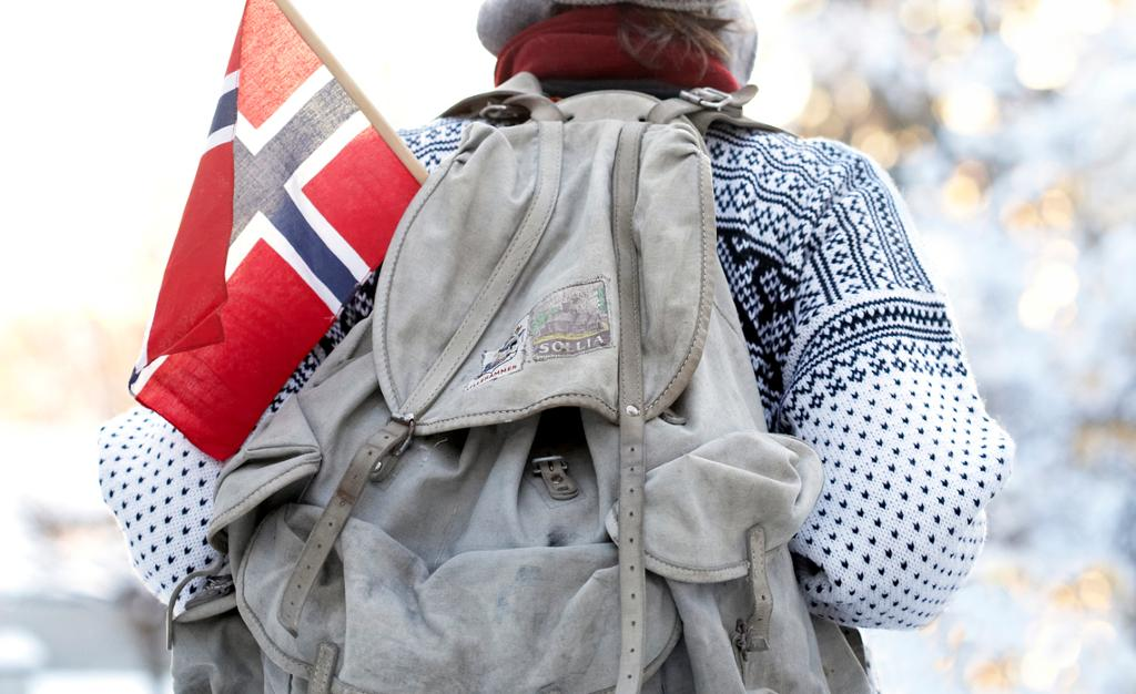 Norsk flagg i gammeldags ryggsekk. Foto.