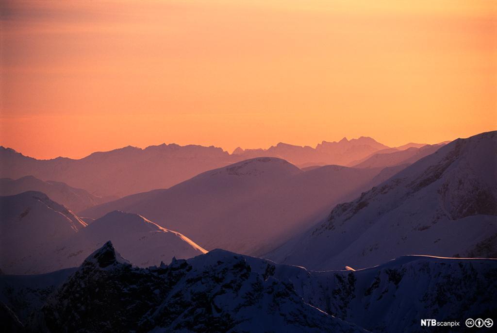 Solnedgang over Trolltindene. Foto.