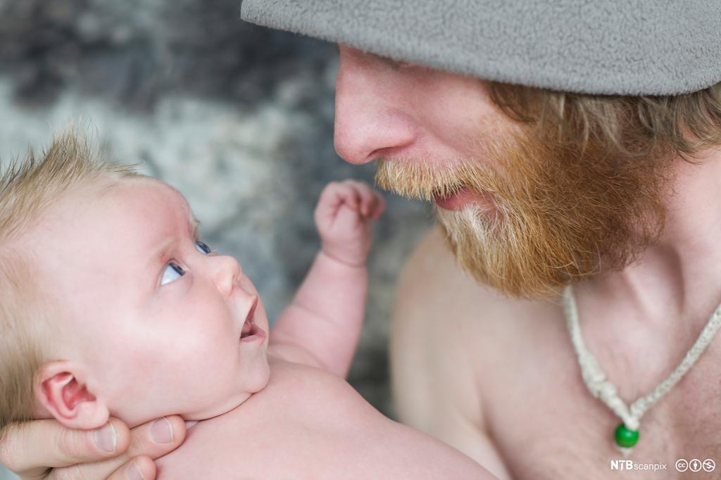 Mann som holder sønn. Baby. Foto