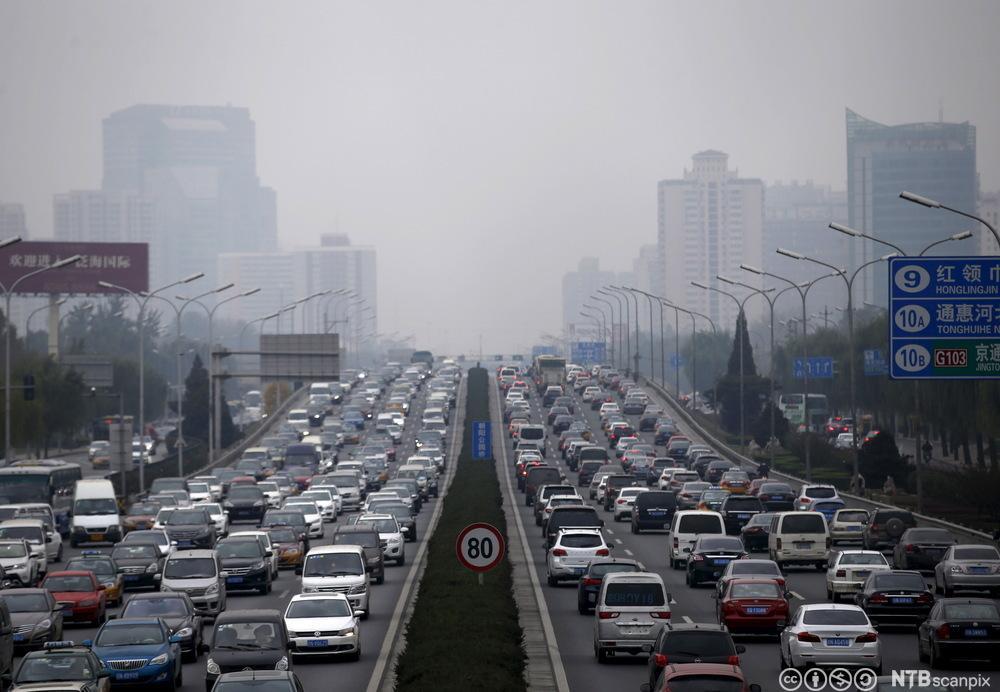 Tett trafikk av biler med et lokk av forurenset luft over Beijing. Foto.