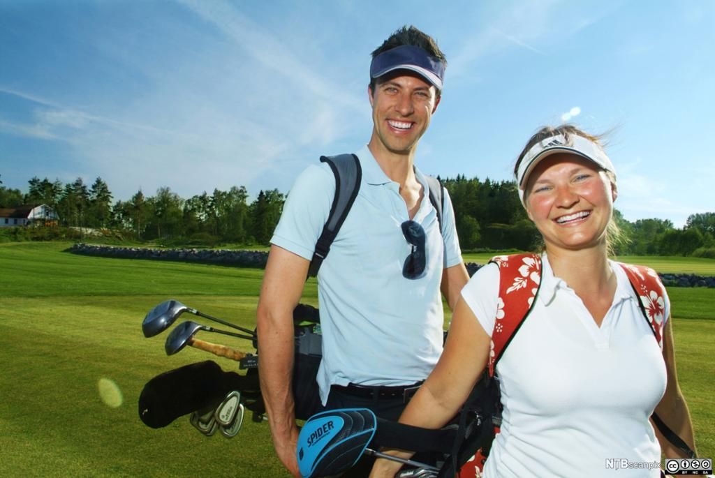 Par spiller golf. Foto.