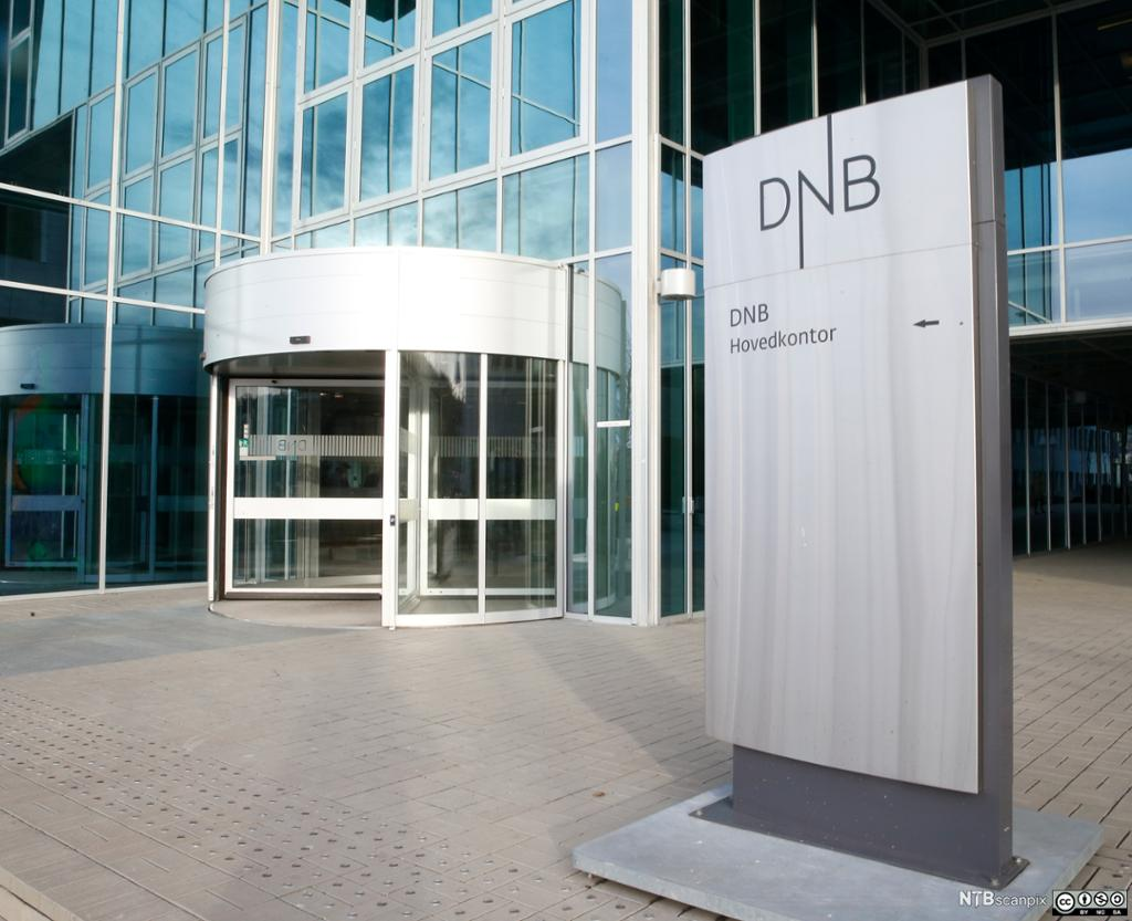 Bilde av et vindu med salgsprospekter for DNB Nor Eiendom