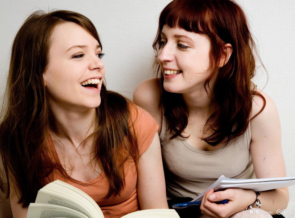 To unge jenter i samtale. Foto.
