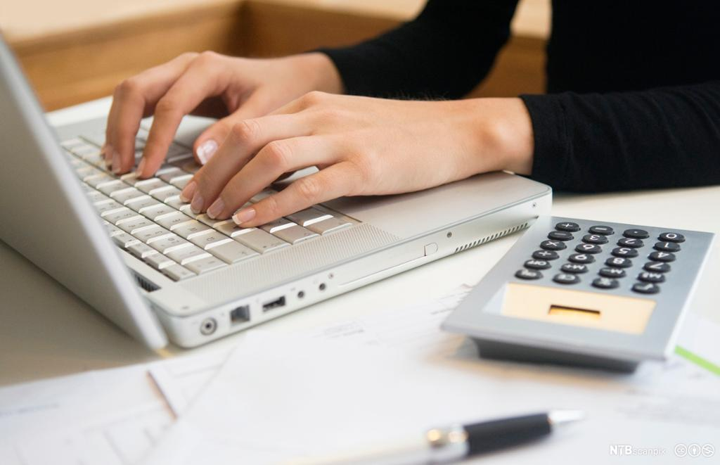 Nærbilde av kvinnehender som skriver på en laptop. Foto.