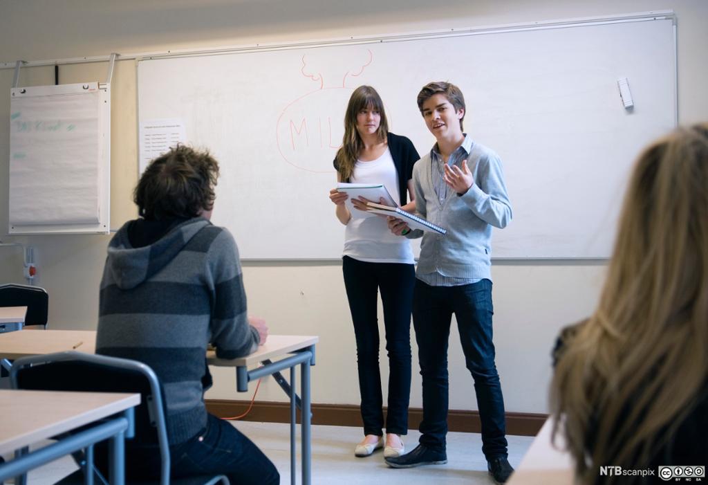 Elever presenterer i klasserommet. Foto.