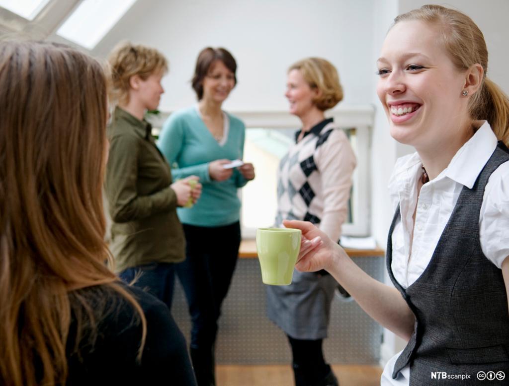 Gruppe kvinner som snakker sammen. Foto