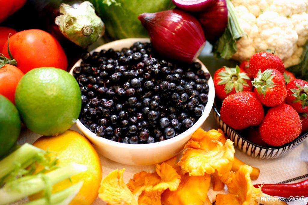 Ei mengde grønsaker, frukt, frø og korn. Foto.