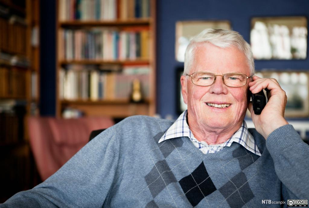 Bilde av en eldre mann som snakker i mobiltelefon.